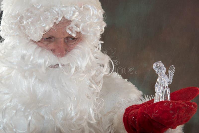 Święty Mikołaj z rogaczem od Lapland w klasycznych czerwieni ubraniach Pojęcie baśniowi szczęśliwi boże narodzenia wesołych Świąt fotografia royalty free