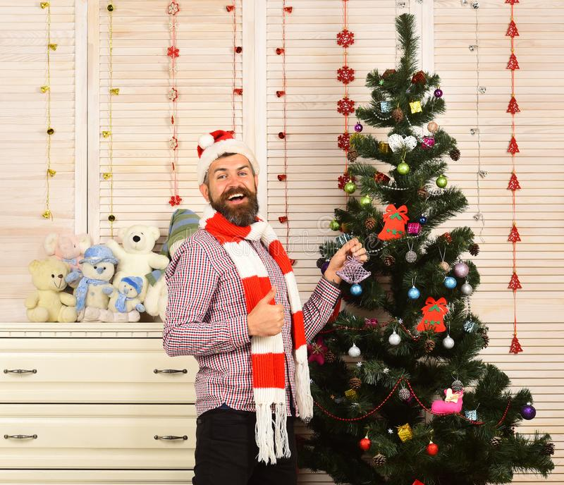 Święty Mikołaj z szczęśliwą twarzą blisko biura i choinki zdjęcie royalty free