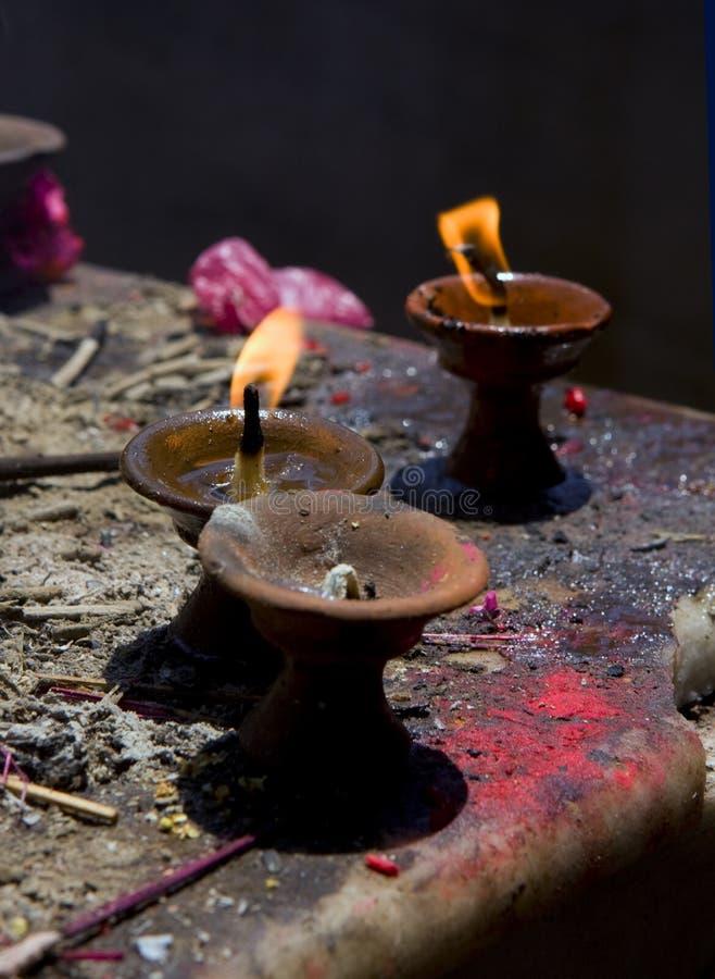 Święty ogień, świeczki w buddyjskiej świątyni obraz stock