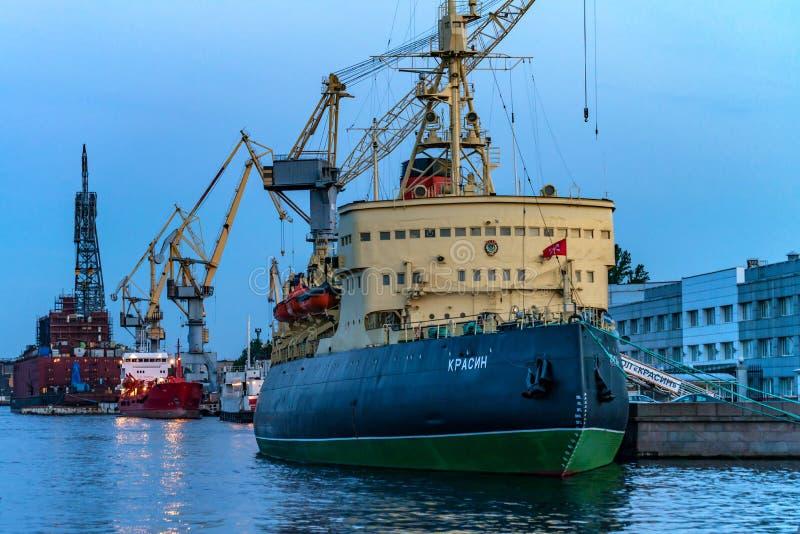 ŚWIĘTY PETERSBURG, CZERWIEC - 14, 2015: Arktyczny icebreaker Krassin w StPetersburg fotografia stock