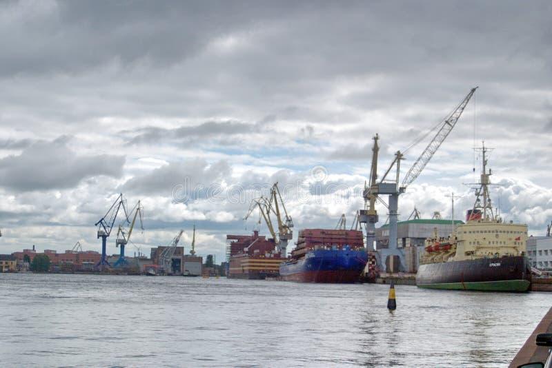 Święty Petersburg Rosja, Lipiec, - 07, 2017: icebreaker muzeum blisko Neva bulwaru W tle ukończenie wal zdjęcie royalty free