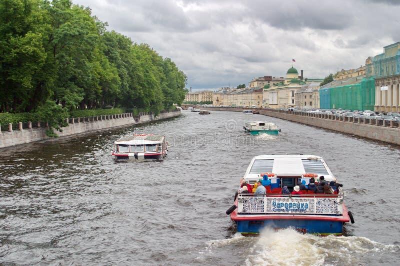 Święty Petersburg Rosja, Lipiec, - 07, 2017: Przyjemności łodzie niosą turystów na kanałach i rzekach Ruchów drogowych dżemy na zdjęcie stock