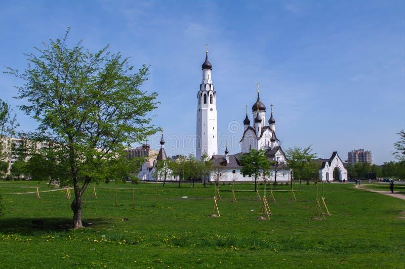 ŚWIĘTY PETERSBURG ROSJA - MAI 18, 2014: Kościół St Peter apostoł w środkowym parku obraz royalty free