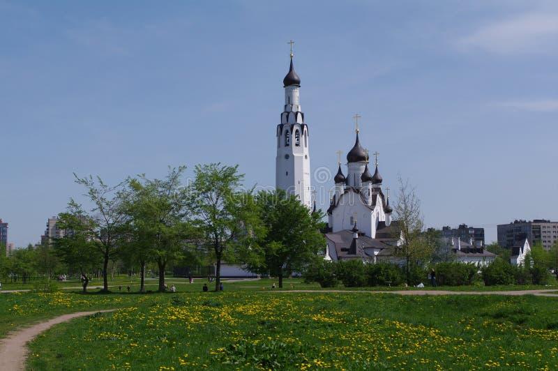 ŚWIĘTY PETERSBURG ROSJA - MAI 18, 2014: Kościół St Peter apostoł w środkowym parku fotografia royalty free