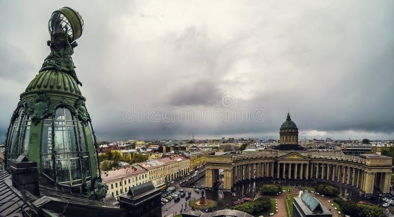 Święty Petersburg, Rosja - Około Czerwiec 2017: Brązowa kopuła katedra lub katedra Nasz dama Kazan firmy Zinger i Kazan fotografia stock
