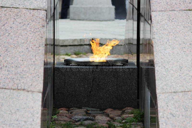 ŚWIĘTY PETERSBURG, ROSJA: Rewolucyjny pomnik - quenchless płomień przy Yakornaya kwadratem i Ortodoksalną Morską katedrą świętego zdjęcia stock