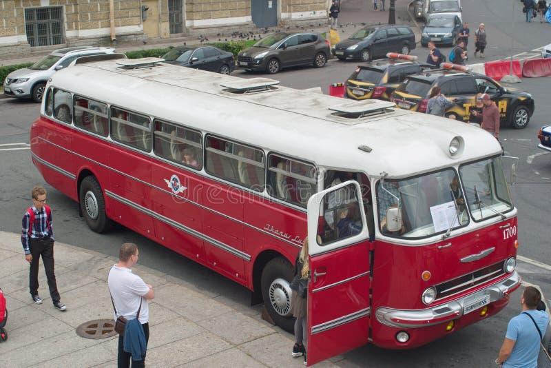 Święty Petersburg Rosja, Sierpień, - 25, 2018: Parada starzy samochody 40th rocznica gazetowi argumenty i fotografia royalty free