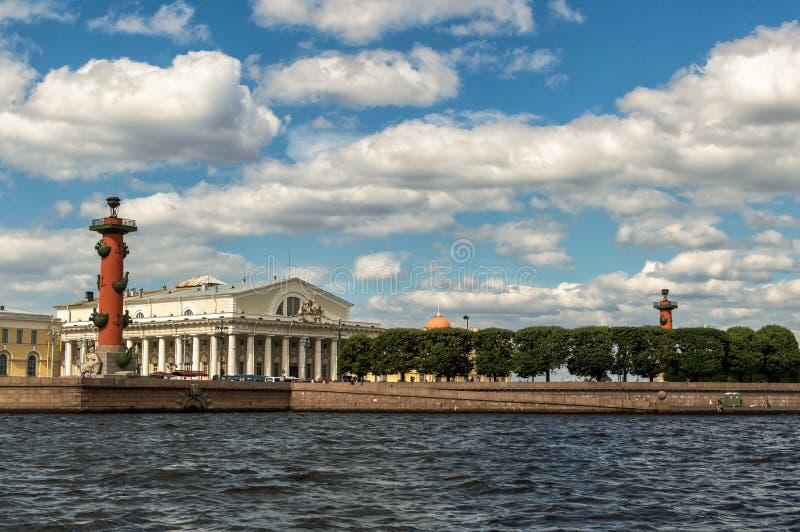 Święty Petersburg, Rosja, Strzałkowata Vasilevsky wyspa, Dziobowe kolumny, stary Wekslowy budynek Widok od Neva rzeki obraz stock