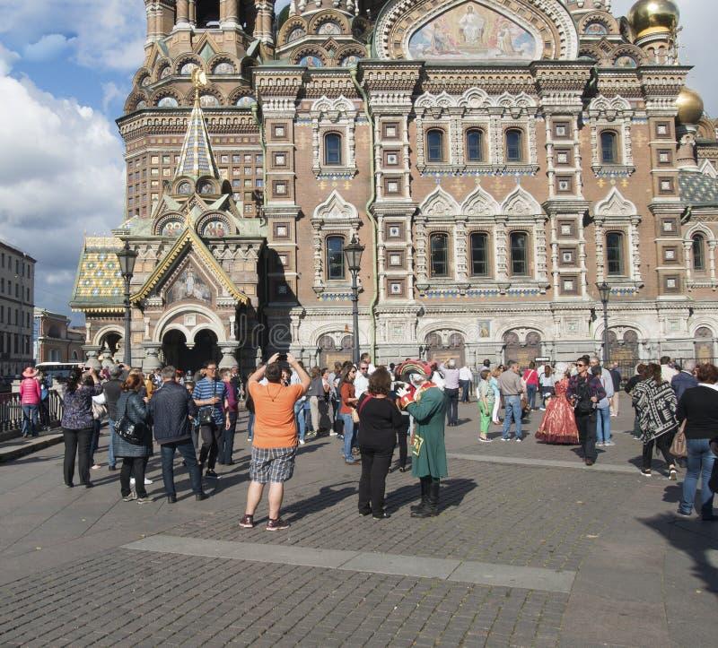 Święty Petersburg, Rosja Wrzesień 04, 2016: Turyści biorą obrazki wybawiciel na krwi w St Petersburg, Rosja obraz stock