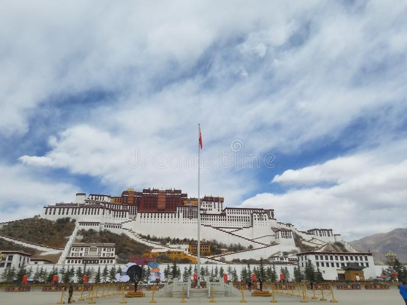 Święty Potala pałac jest czystym ziemią na ziemi dla niezliczonych pielgrzymów fotografia stock