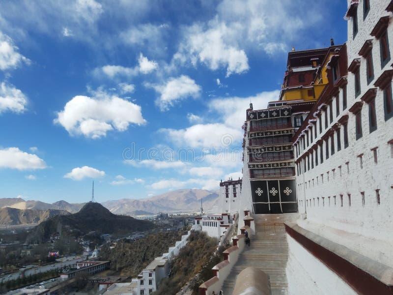 Święty Potala pałac jest czystym ziemią na ziemi dla niezliczonych pielgrzymów fotografia royalty free