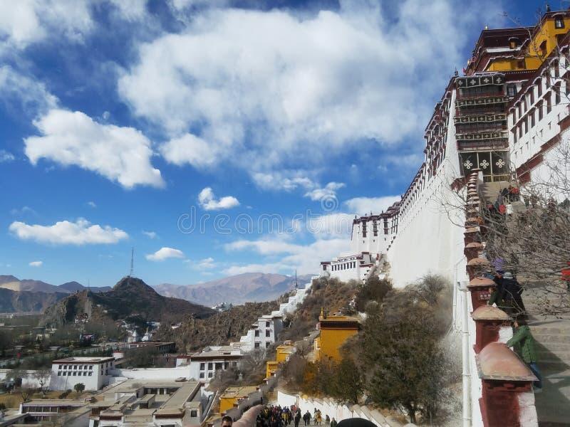 Święty Potala pałac jest czystym ziemią na ziemi dla niezliczonych pielgrzymów obrazy royalty free