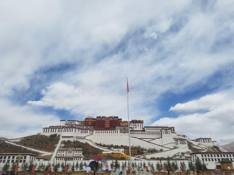 Święty Potala pałac jest czystym ziemią na ziemi dla niezliczonych pielgrzymów zdjęcie stock