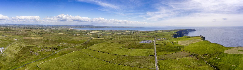 Światów sławni ptaki przyglądają się powietrznego trutnia panoramicznego widok falezy Moher w okręgu administracyjnym Clare, Irla obraz stock