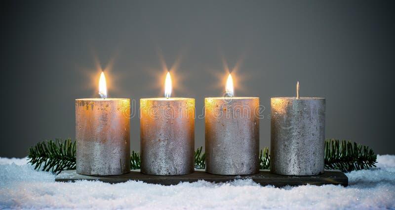 Światła cztery nastań świeczki z dopasowaniami zdjęcia stock