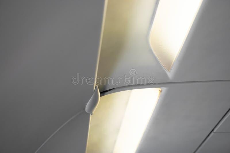 Światła i woda dyfuzory w płaskim kokpicie nad pasażerów siedzeniami obrazy stock