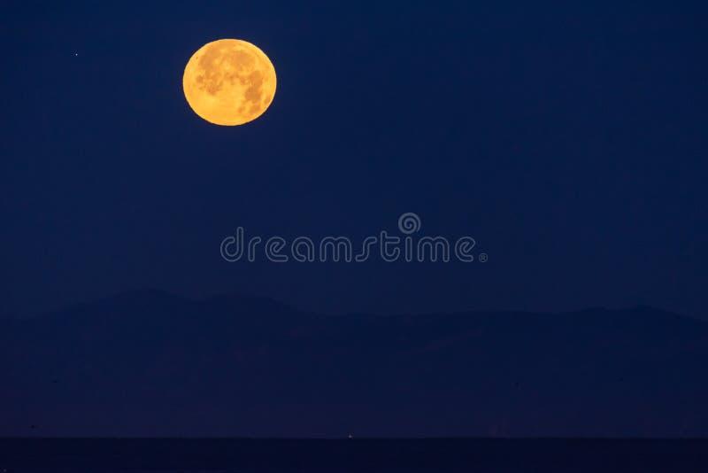 Światła księżycowe rozjaśniają ciemne niebo fotografia stock