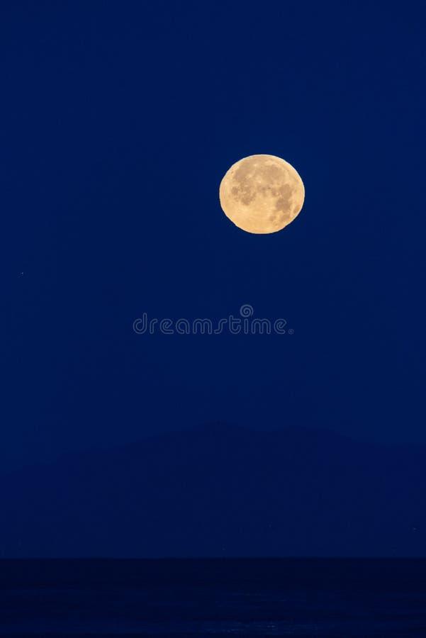 Światła księżycowe rozjaśniają ciemne niebo zdjęcie royalty free