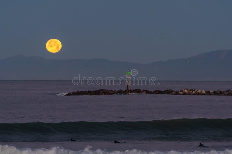 Światła księżycowe rozjaśniają ciemne niebo obrazy royalty free