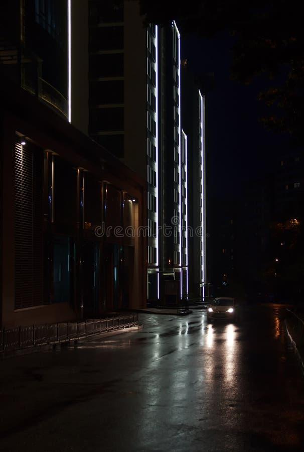 Światła miasto przy nocą w deszczu zdjęcie stock