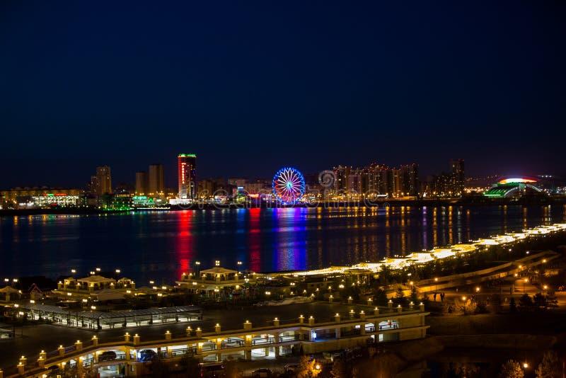 Światła nocy miasto z odbiciami zdjęcie stock