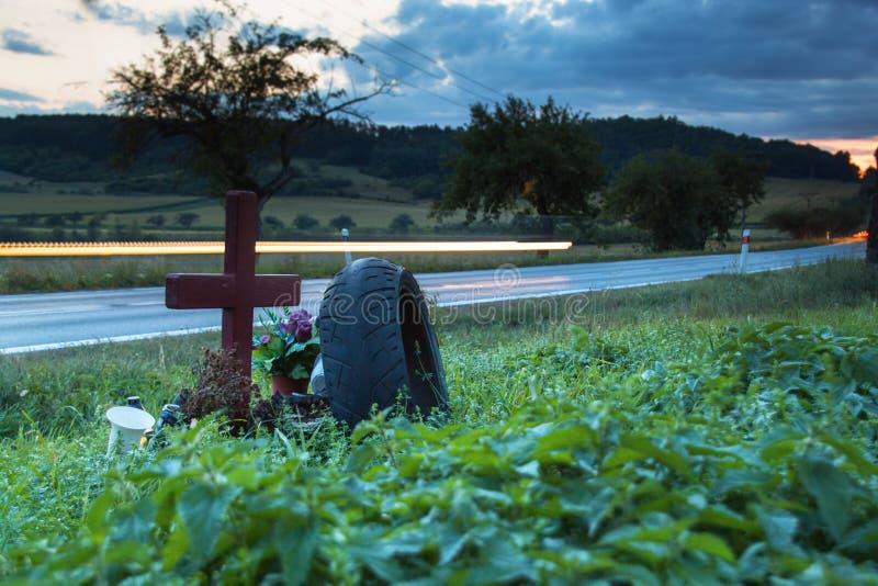 Światła poruszający samochody na wiejskiej drodze Wieczór w miejscu wypadku śmiertelnego Umieszcza wypadek samochodowego przy roz zdjęcia royalty free