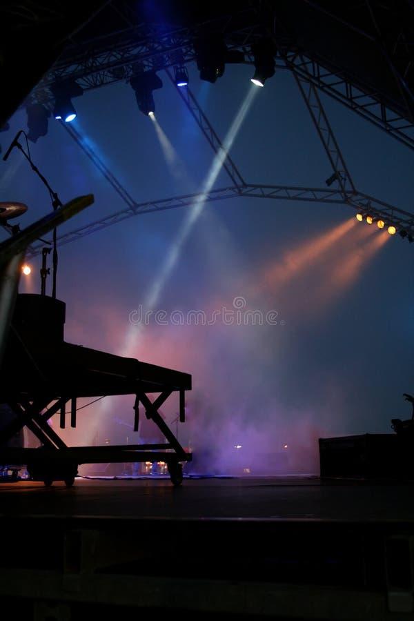 Zakulisowi światła reflektorów w Rockowym koncercie fotografia stock