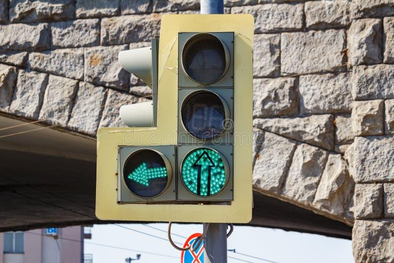Światła ruchu na z lewej strzały sekcją i permissive zielonego sygnału zbliżenie na tle łuki drylujemy most wewnątrz zdjęcia royalty free