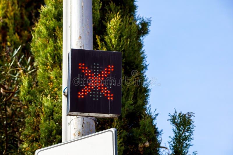 Światła ruchu pokazuje czerwone światło, szyldowy X obraz stock