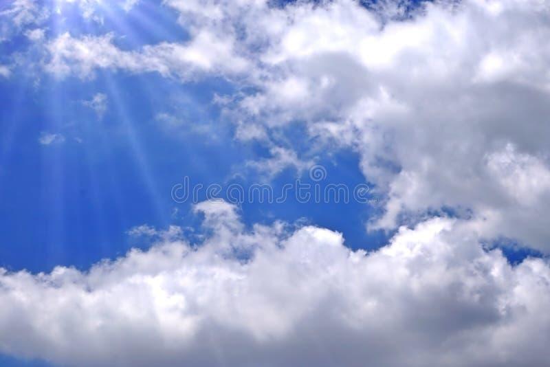 Światła słonecznego łamanie przez białych chmur zdjęcia stock