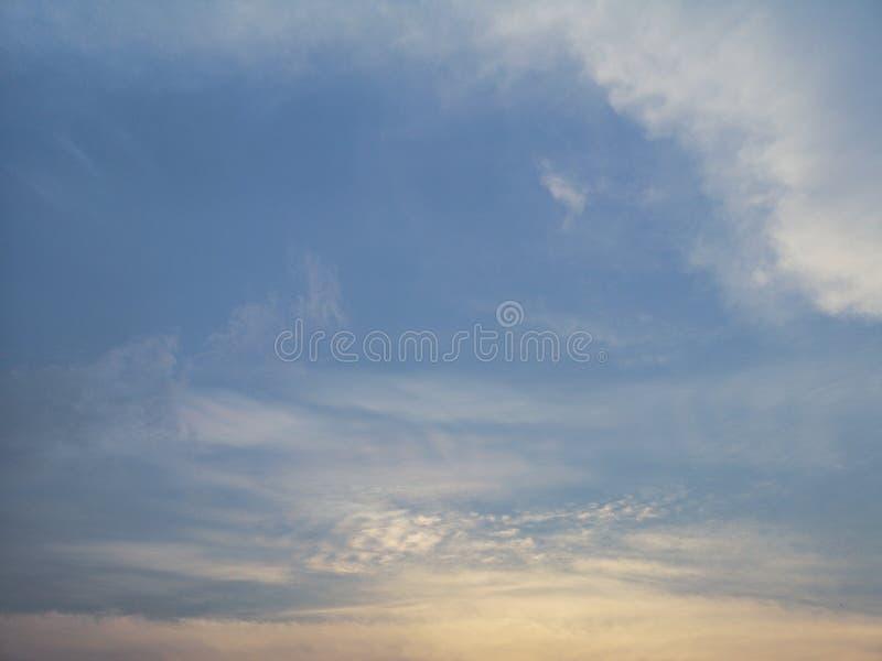 Światła słonecznego nieba Złotego bławego chmurnego środowiska naturalny tło obraz royalty free