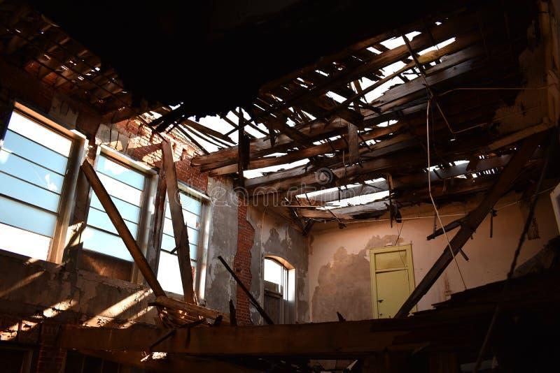 Światła słonecznego przybycie wewnątrz przez dachu zaniechana szkoła fotografia royalty free