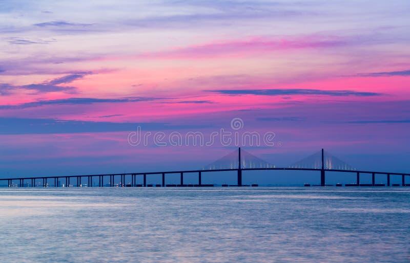 Światła słonecznego Skyway most przy świtem fotografia royalty free
