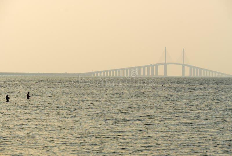 Światła słonecznego Skyway most - Zatoka Tampa, Floryda zdjęcia stock