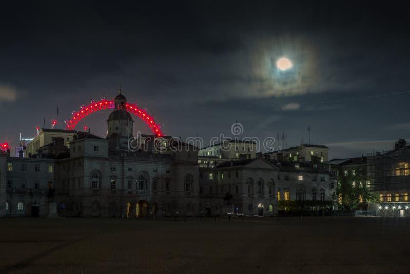 Światło ślada i księżyc w pełni w Londyn przy nocą -3 zdjęcie royalty free