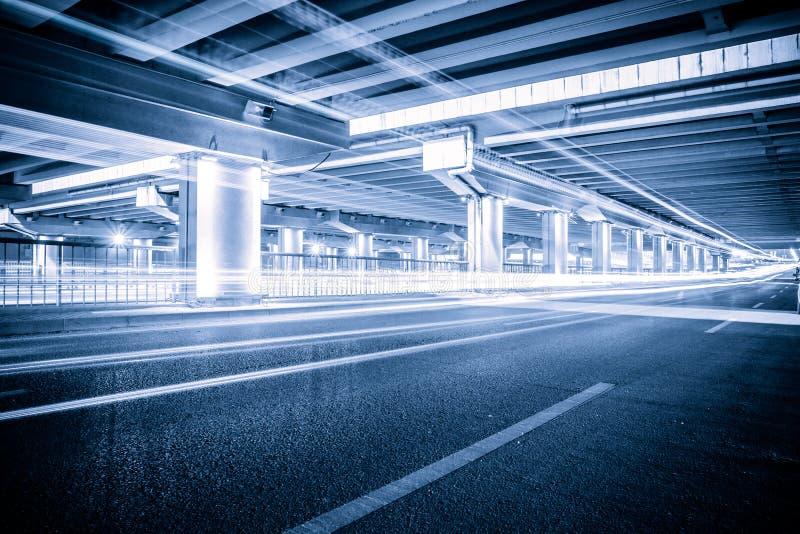 Światło ślada na ruchów drogowych złączach przy nocą zdjęcie royalty free