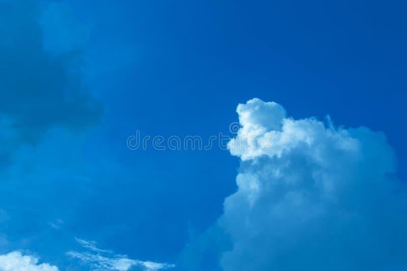 Światło białe na błękitnym tle w powietrzu obraz stock