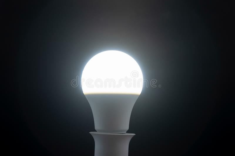 Światło dzienne biała dowodzona żarówka na czarnym tle zdjęcie royalty free