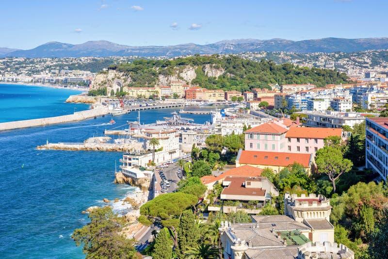 Światło dzienne pogodny widok miasto budynki i jaskrawy błękitny morze fotografia royalty free