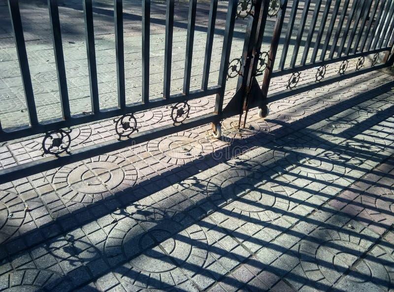 Światło i cień żelazna brama zdjęcia royalty free