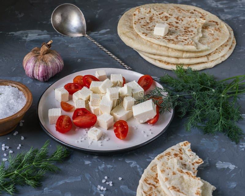 Światło i szybkie przekąski robić od sera, pita wzgórza w tle, czosnek soli pomidoru i feta, kierowniczej i prostackiej zdjęcie royalty free