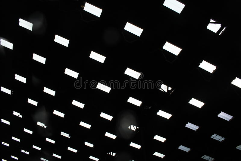 Światło który błyszczy puszek od dachu rynek zdjęcia stock