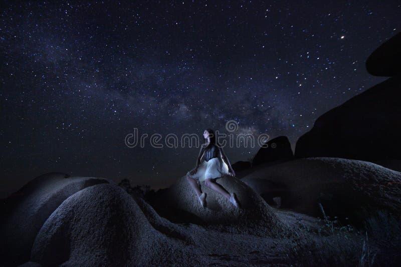 Światło Malująca dziewczyna Z drogą mleczną w Joshua drzewa parku narodowym zdjęcie royalty free