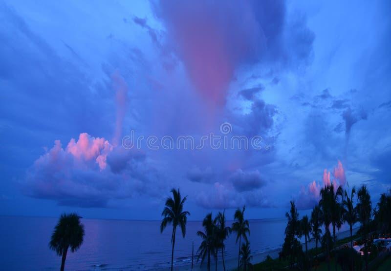 Światło od zmierzchu tworzy podpórkę menchia kolor nad Południową Floryda linią brzegową fotografia stock