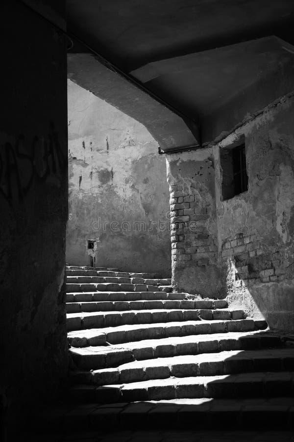 Światło płynie na schodkach w pustym łukowatym przejściu obrazy stock