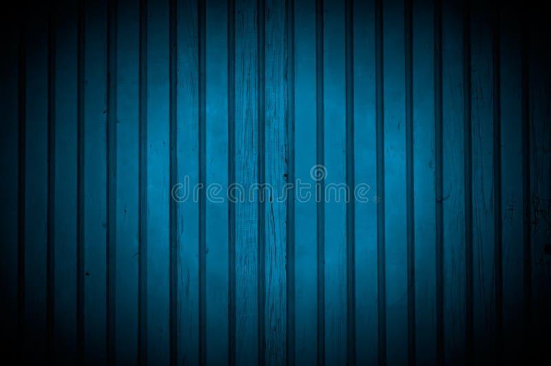 Światło reflektorów na zmroku - błękitna Drewniana ściana zdjęcie stock