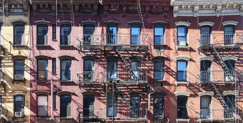 Światło słoneczne świeci na bloku starych budynków w dzielnicy Upper East Side w Nowym Jorku zdjęcie royalty free