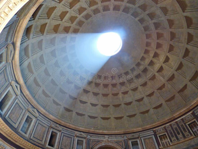 Światło słoneczne leje się w panteon w Rzym zdjęcia stock