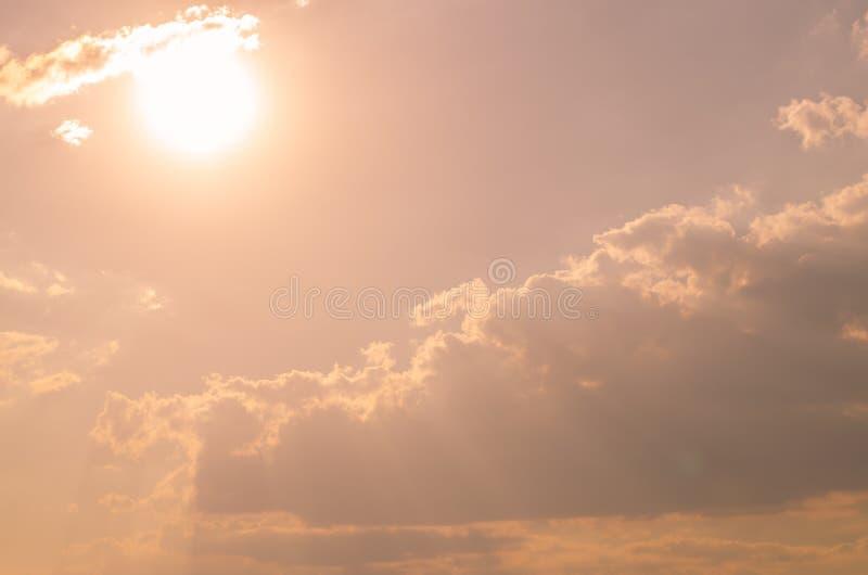Światło słoneczne na różowym niebieskim niebie zdjęcie stock