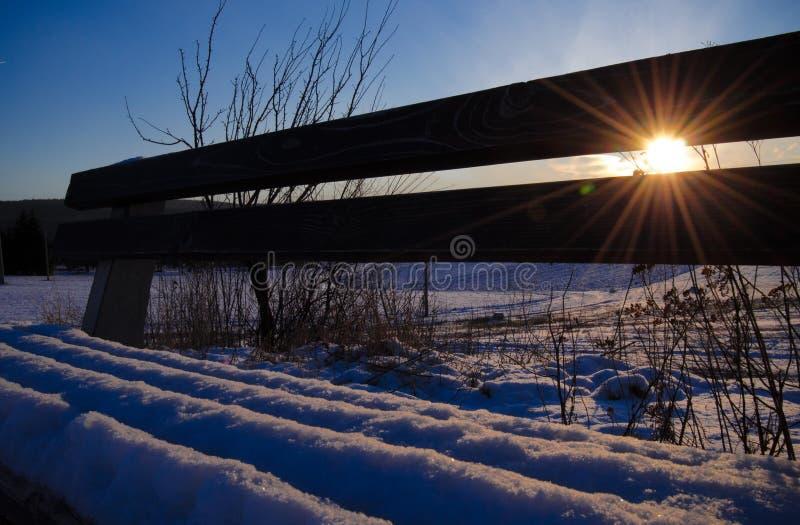 Światło słoneczne przez śnieżnej ławki fotografia stock